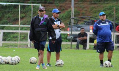 El técnico cobanero Jorge Rodríguez (de gorra), prepara a su equipo para un partido amistoso este sábado por la mañana contra el Deportivo Chamelco. (Foto: Deyler Chocooj)