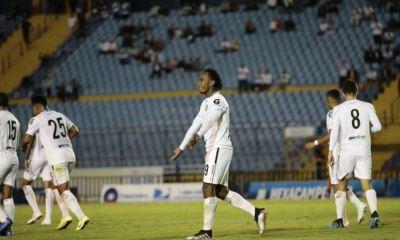 El colombiano Bladimir Díaz celebra después de anotar el gol del triunfo de los cremas contra Mixco. (Foto: Comunicaciones FC)