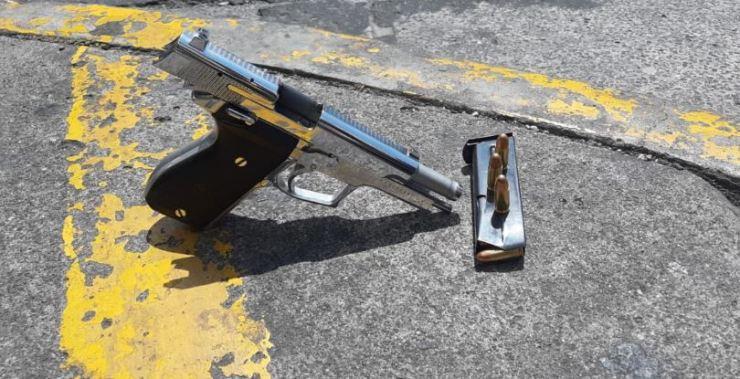 Esta es el arma incautada a uno de los delincuentes. (Foto: PNC)