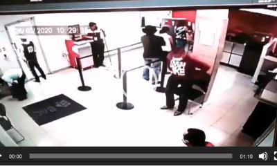 El video muestra el momento en que el agente de seguridad frustra el asalto al banco en Barberena, Santa Rosa. (Foto: Captura de video)