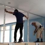 Las autoridades de salud con el apoyo de la Municipalidad de Cobán, trabajan en el área de aislamiento para personas con COVID-19. (Foto: Eduardo Sam)