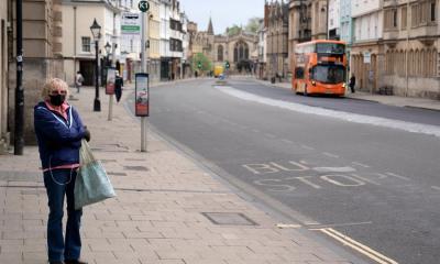 Una mujer se encuentra en una de las calles desoladas de Oxford, Reino Unido. Los fallecidos en Reino Unido alcanzaron la cifra de los 14 mil 576 tras la muerte de 847 en un día. (Foto: EFE)