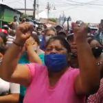 Los vendedores del mercado de la terminal de Chiquimula protestaron porque no quieren ser trasladados del lugar. (Foto: Captura de video)