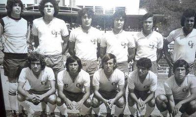 Julio César Archila (de pie, primero de izquierda a derecha), defendió la portería de Cobán Imperial en 1977 y 1978. (Foto: Facebook 100 Años de Fútbol)