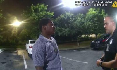 Rayshard Brooks -izquierda-, habla con un policía de Atlanta, momentos previos a su muerte tras resistirse a un arresto. (Foto: Captura de pantalla)