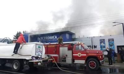 Una tienda de electrodomésticos de Electrónica Panamericana, en la zona 3 de Xela, fue consumida por las llamas. (Foto: Bomberos Voluntarios y Bomberos Municipales Departamentales)