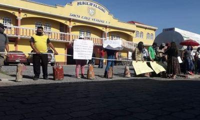 La manifestación pacífica la realizaron los extrabajadores frente al edificio de la Municipalidad de Santra Cruz Verapaz. (Foto: Eduardo Sam)