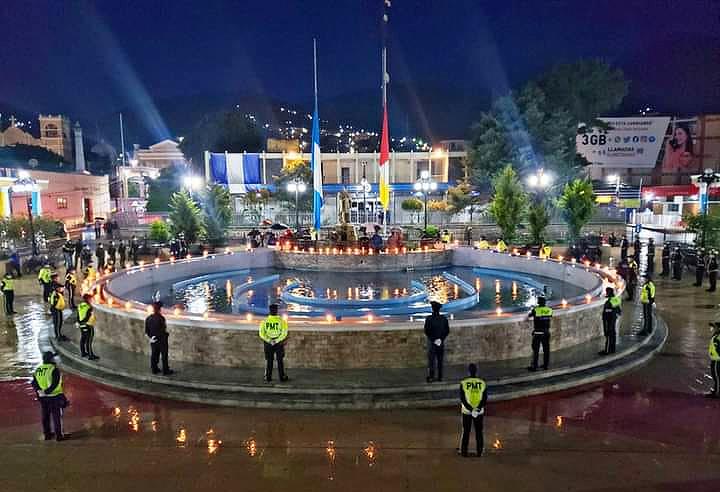 En Totonicapán se encendieron velas alrededore de la fuente del parque municipal, para conmemorar a las víctimas que han padecido el coronavirus. (Foto: Municipalidad de Totonicapán)