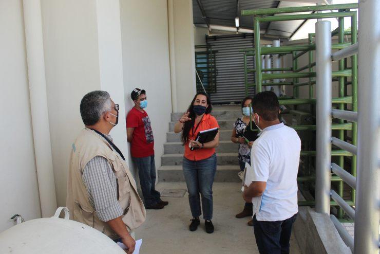 Personal del Viceministerio Sanidad Agropecuaria y Regulaciones brindan indicaciones a personal de la municipalidad de Mazatenango, en el rastro. (Foto: Cristian Soto)