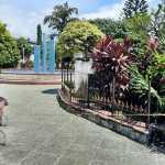 Las autoridades municipales analizan la construcción de un parqueo subterráneo en el parque de Santa Lucía Cotzumalguapa. (Foto: Cristian Soto)