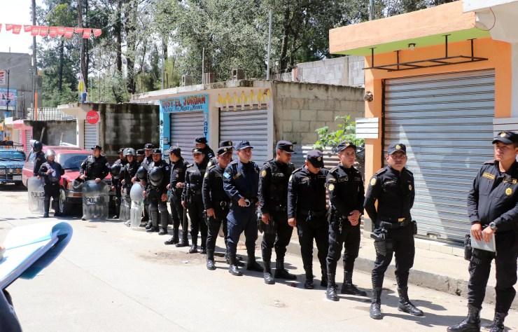 Un fuerte contingente de la PNC acompaño la diligencia de las autoridades. (Foto: Carlos Ventura)