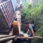 El camión que intentó cruza el puente, dejó incomunicada la comunidad de Santa Lucía Lachuá, Cobán, Alta Verapaz. (Foto: Cortesía)