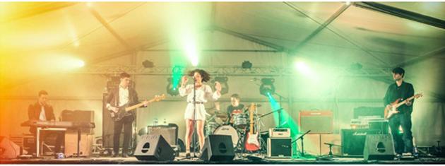 Iago Pardiñas(bajo), Daniel Barreiro(teclados), Inés Blanco(voz), Pedro Ramos (batería) y Robin Mallo (guitarra)