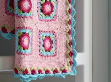 Free blanket crochet pattern, and it's totally gorgeous. Beautiful granny square blanket pattern with amazing floral border edging. Free crochet pattern.