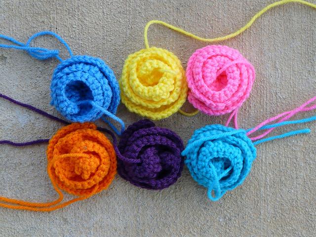 six crochet roses for a crochet rose garden tote