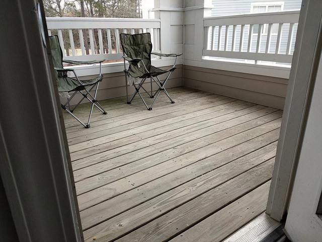 My new back deck for crochet en plein air