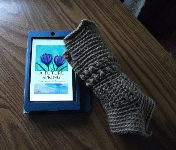Free pattern for Medieval crochet texting gloves