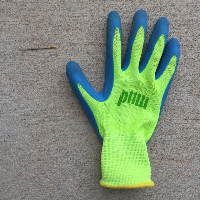 A thin yarn needle and a non-slip glove