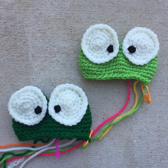 I finish the eyes on two future amigurumi frogs