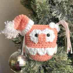 What a sweet addition to any Christmas tree! This amigurumi owl makes a great ornament or stuffed toy for the littles. #amigurumiowl #owlcrochetpattenr #christmasowlcrochetpattern #christmasowl #30daysofcozy
