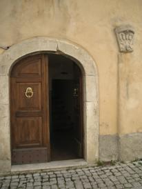 Ingresso casamento Brunetti, Borgo Veroli 6 Alfedena. Lo scudo araldico in pietra, sec. XVII, sovrasta il portale.