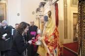 S.E. Rev.ma Gennadios distribuisce l'Eucaristia. Di fronte, il Rev.mo Mons. Andrea Palmieri Sotto-Segretario del Pontificio Consiglio per la Promozione dell'Unità dei Cristiani. Foto ©Symeon Katsinas