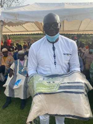 La surprise à Duekoué, un boubou traditionnel offert par les femmes dynamiques du village Bahé-B, à l'occasion de la fête des mères à votre chroniqueur