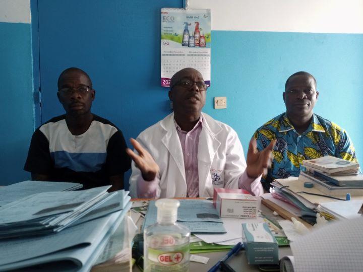 Le coordonnateur de l'ulcère de buruli de Zouan-Hounien, Koffi Yao Daniel, entouré des agents du Programme national de lutte contre l'ulcère de Buruli (Pnlub), Bagou Nouan Archimède et Mahan Kaleu Roger