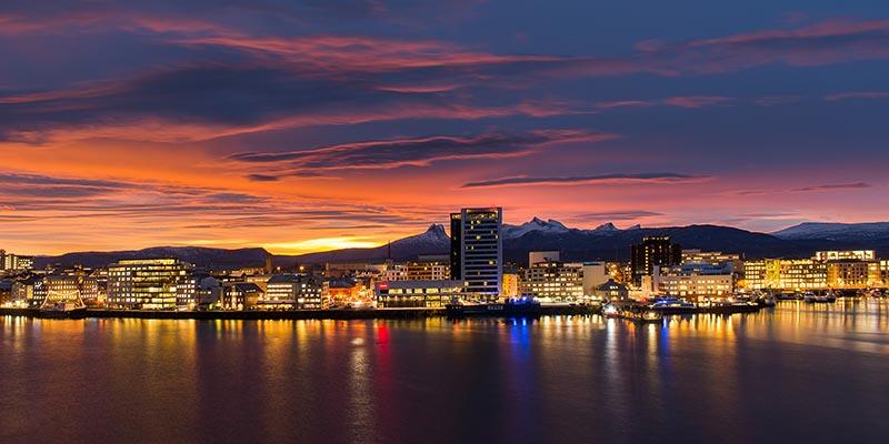 Vue magnifique du soleil de minuit en Norvège