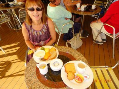 Petit déjeuner à la terrasse de la piscine