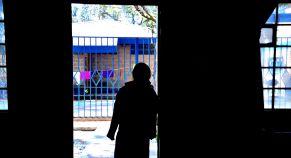 Una niña, en el umbral de una de las estancias del centro La Alianza, que ayuda a víctimas de trata a rehacer sus vidas. ASIER VERA