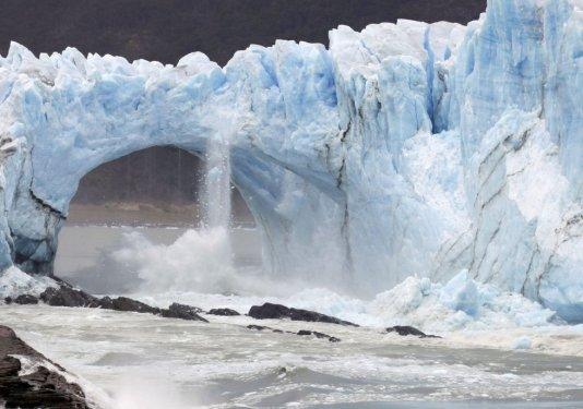 Desprendimiento de fragmentos previo a la caída del puente del glaciar. (Fuente: elpais.com. Fotógrafo: Walter Díaz.)