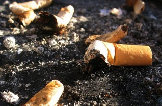 Colillas que resultan ser un potencial peligro. Fuente: Wikipedia