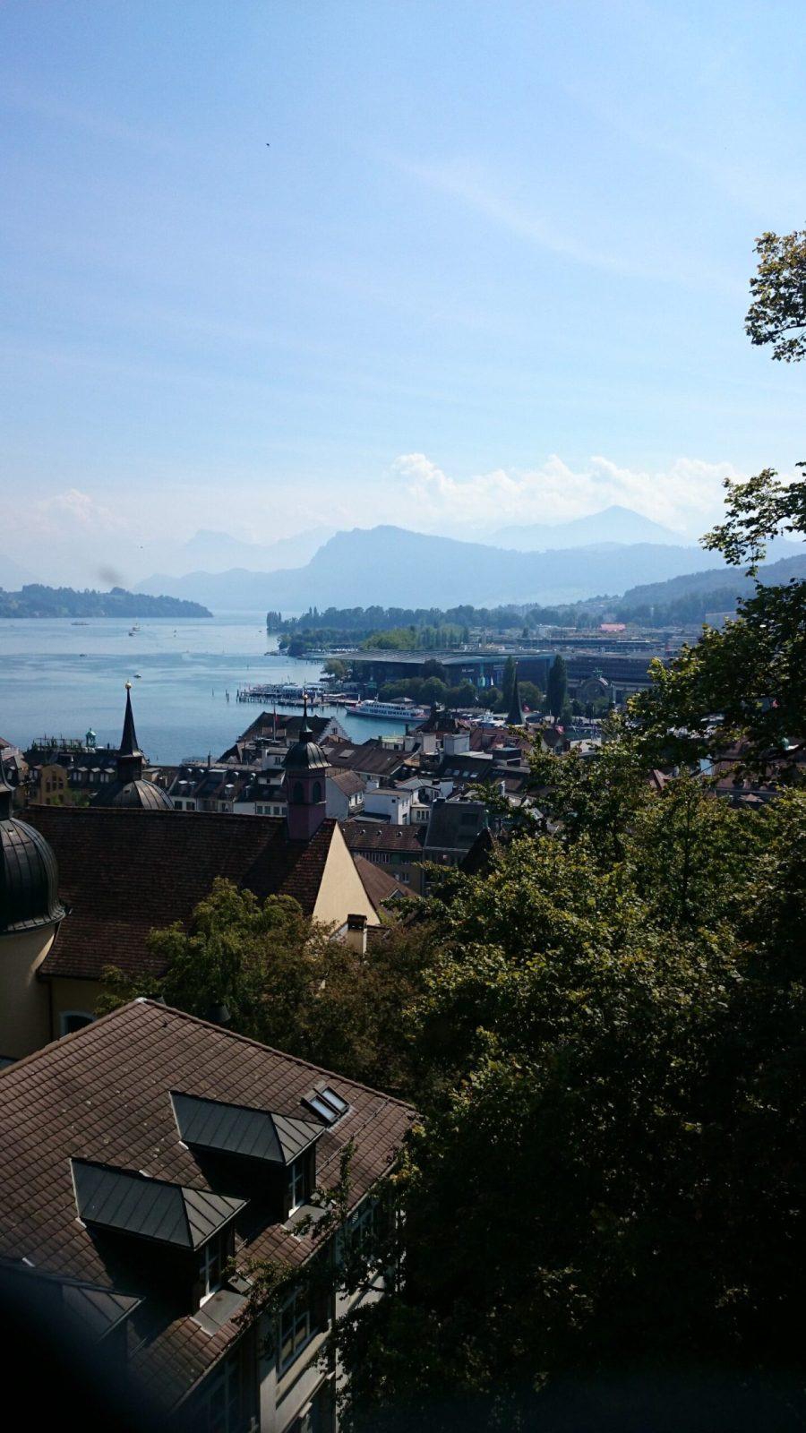 Vistas del lago y los puentes de madera.