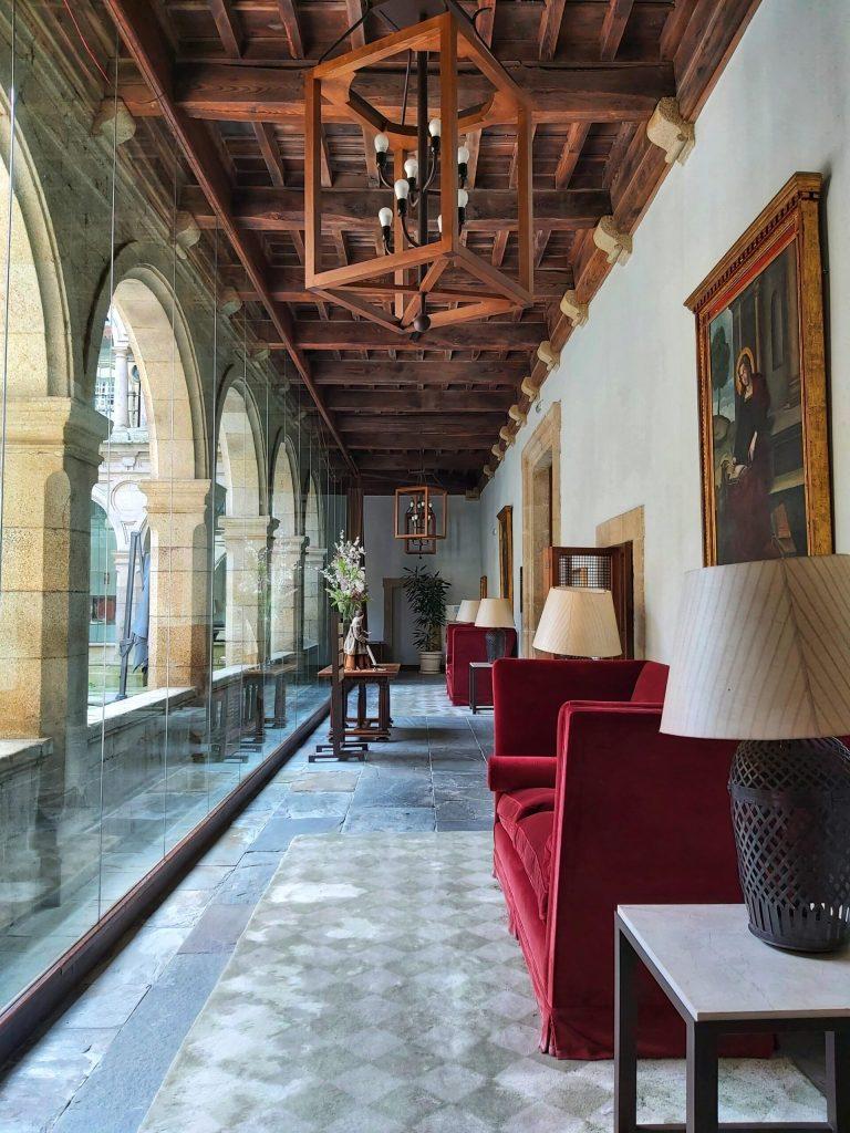 Decoración en los pasillos del claustro del Parador.