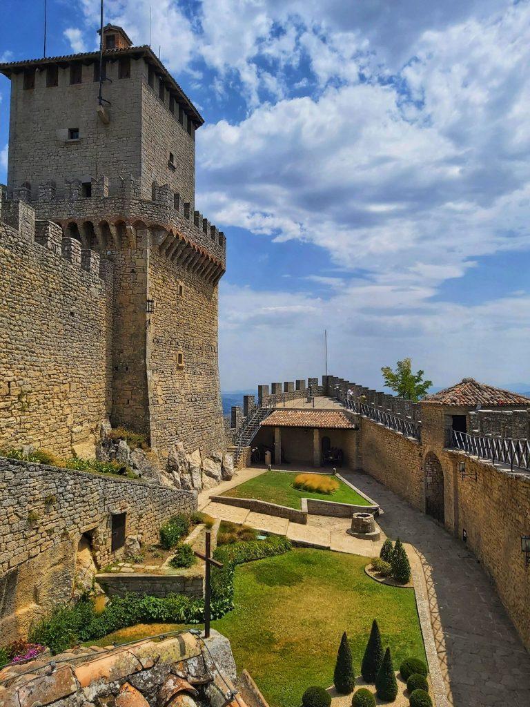 Interior de la fortaleza de la primera torre de San Marino.