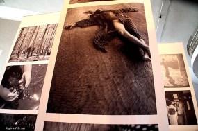 O casal Rong Rong & Inri expõem sequências suspensas de fotografias em preto e branco impressas em tecido