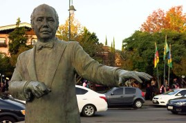 Centro de Gramado. Estátua dedicada ao Maestro Eliezer de Carvalho