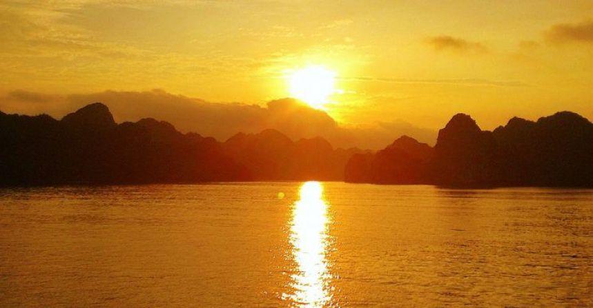 Puesta de sol Halong Bay, Vietnam