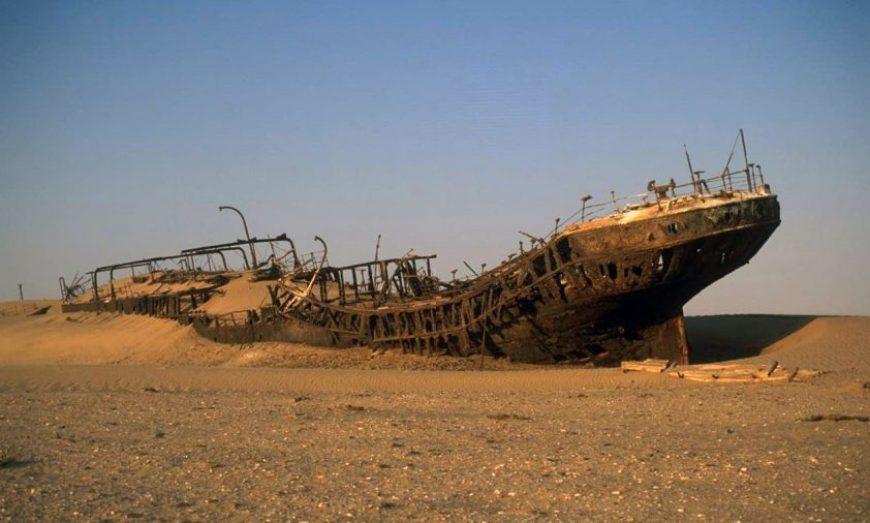 Esqueleto de un barco en la arena
