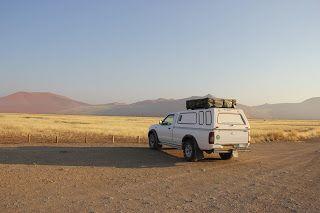 coche aparcado en el desierto, visita al desierto de Namib