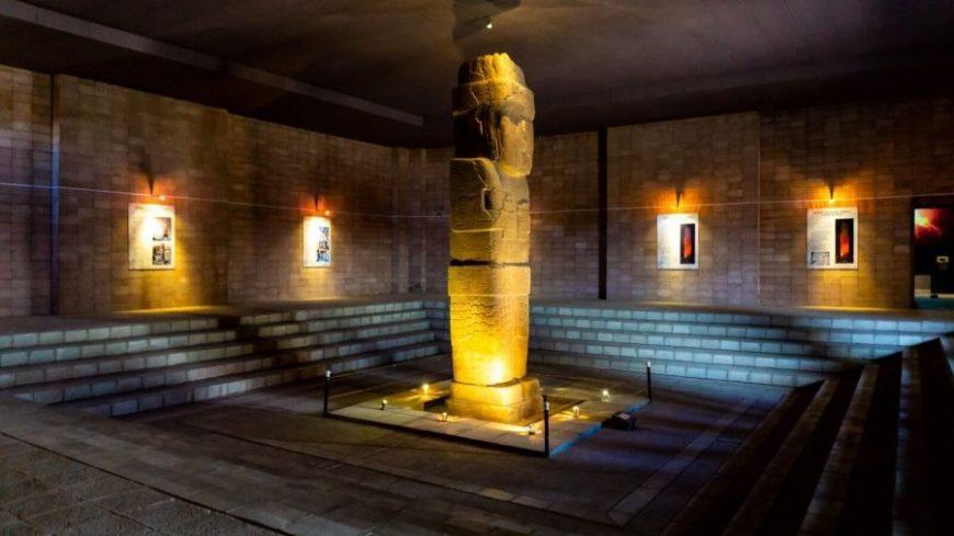 Monolito Bennett en el interior de una sala cerrada del museo de Tiwanaku