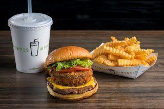 Burger, patatas y bebida en el Shake Sack de Nueva York