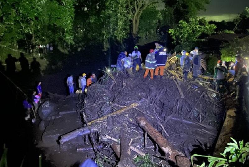 Evacúan familias del Bajo Lempa