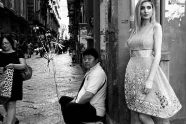 Razan Alazzouni illumina il centro storico di Napoli-1