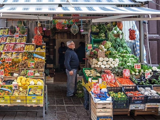 I venditori di frutta e verdura uno dei più antichi mestieri napoletani-1