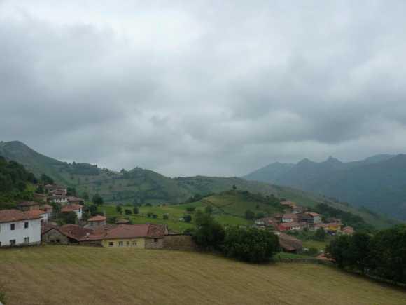 Panorámica de los dos barrios del pueblo de Vigaña (Miranda, Asturias)