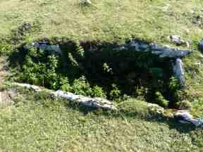 Detalle del pequeño dolmen o caja funeraria (excavado o saqueado) bajo uno de los túmulos de Organbidé