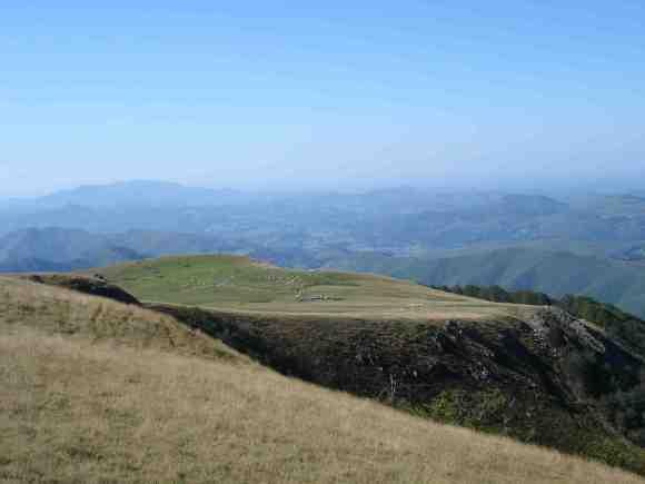 Olla en altura, junto al monte de Okabe, con ricos pastos y acceso al piedemonte pirenaico
