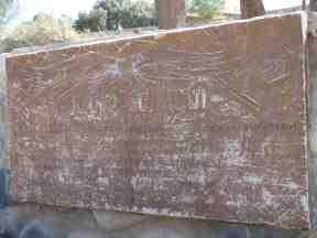 Placa conmemorativa, prácticamente ilegible, en el monumento a los guerreros de Cachi (2014)